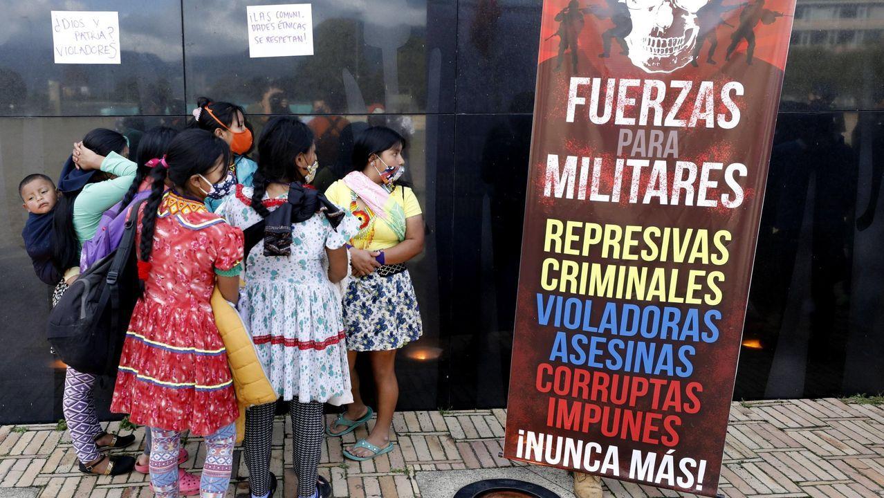 Un grupo de pasajeros consulta los vuelos en el Aeropuerto de Asturias.Un grupo de indígenas embera-chamí durante un paro el 26 de junio para rechazar la violación de una niña de 12 años perteneciente a su comunidad por parte de siete militares, en el monumento a los Héroes Caídos en Acción, en Bogotá