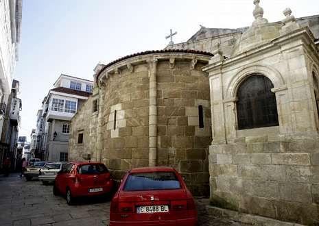 Coches aparcados junto a la Colegiata de Santa María, que data del siglo XIII.