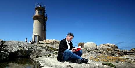 Antón Castro, en la zona de los acantilados de A Barca, un mirador desde el que él y su abuelo veían pasar petroleros y trasatlánticos.