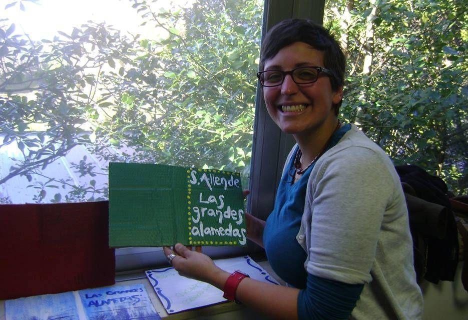 Gabriela, una de las alumnas de doctorado, muestra uno de los ejemplares editados del discurso de Allende.