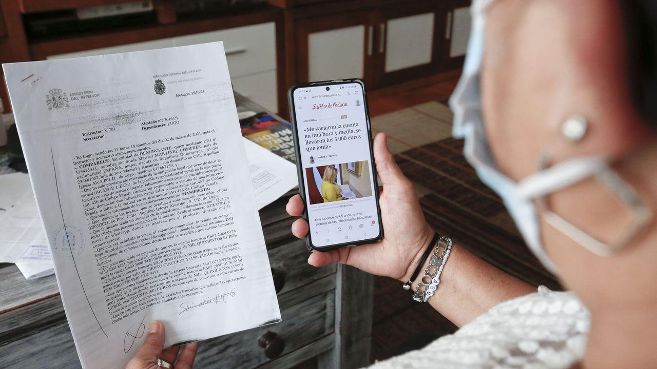 Marisol Martínez, estafada por Bizum, sujetando con una mano la denuncia que interpuso en comisaría, y con la otra la noticia de una primera estafa, casi idéntica a la suya.