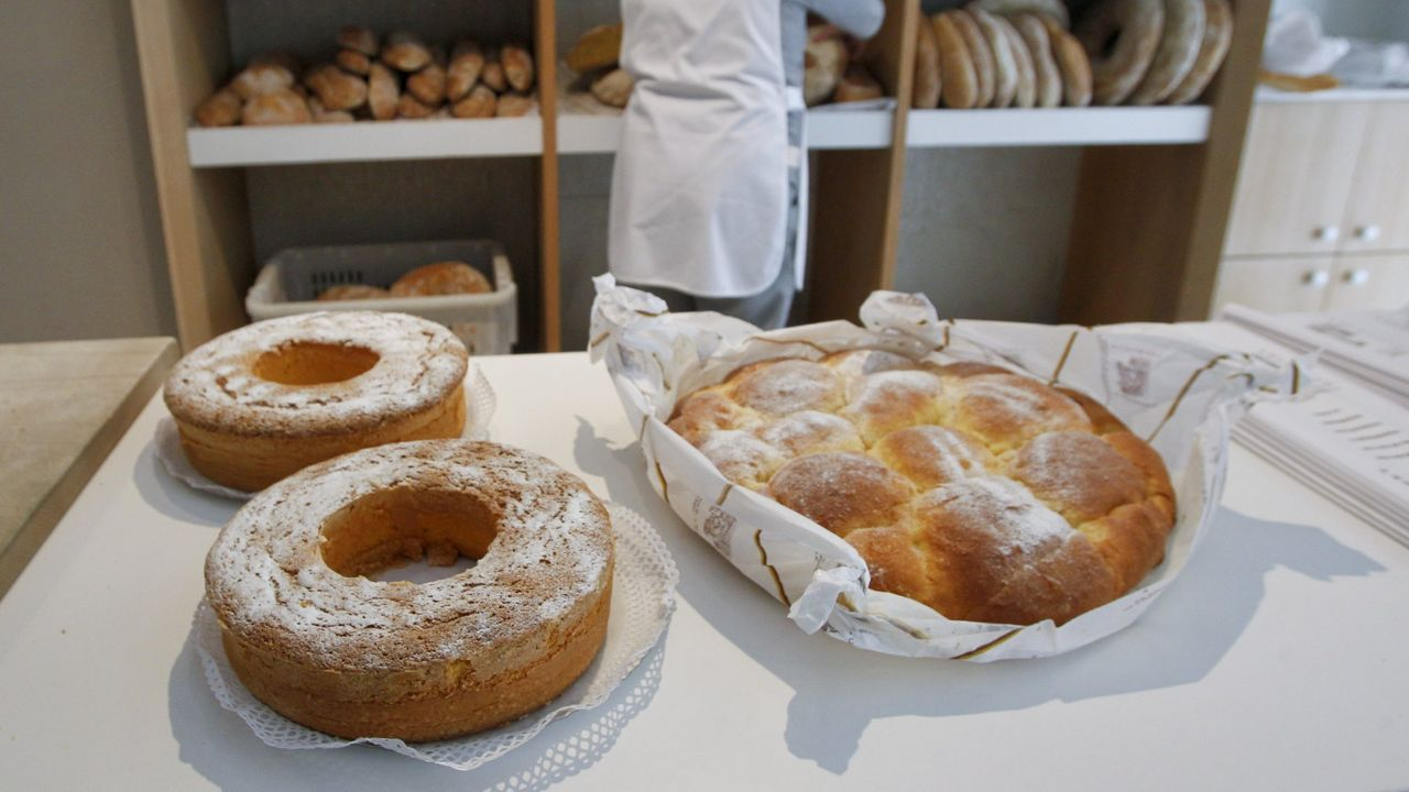 Una larpeira y dos manguitos, dulces típicos de Pontedeume en la panadería Patricio