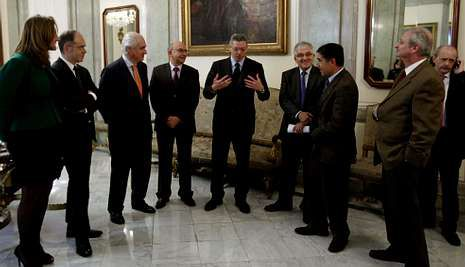 Ruiz-Gallardón y el presidente del CGPJ, Gonzalo Moliner (cuarto por la derecha), con los presidentes de los tribunales superiores de justicia tras la reunión en que plantearon sus demandas al ministro.