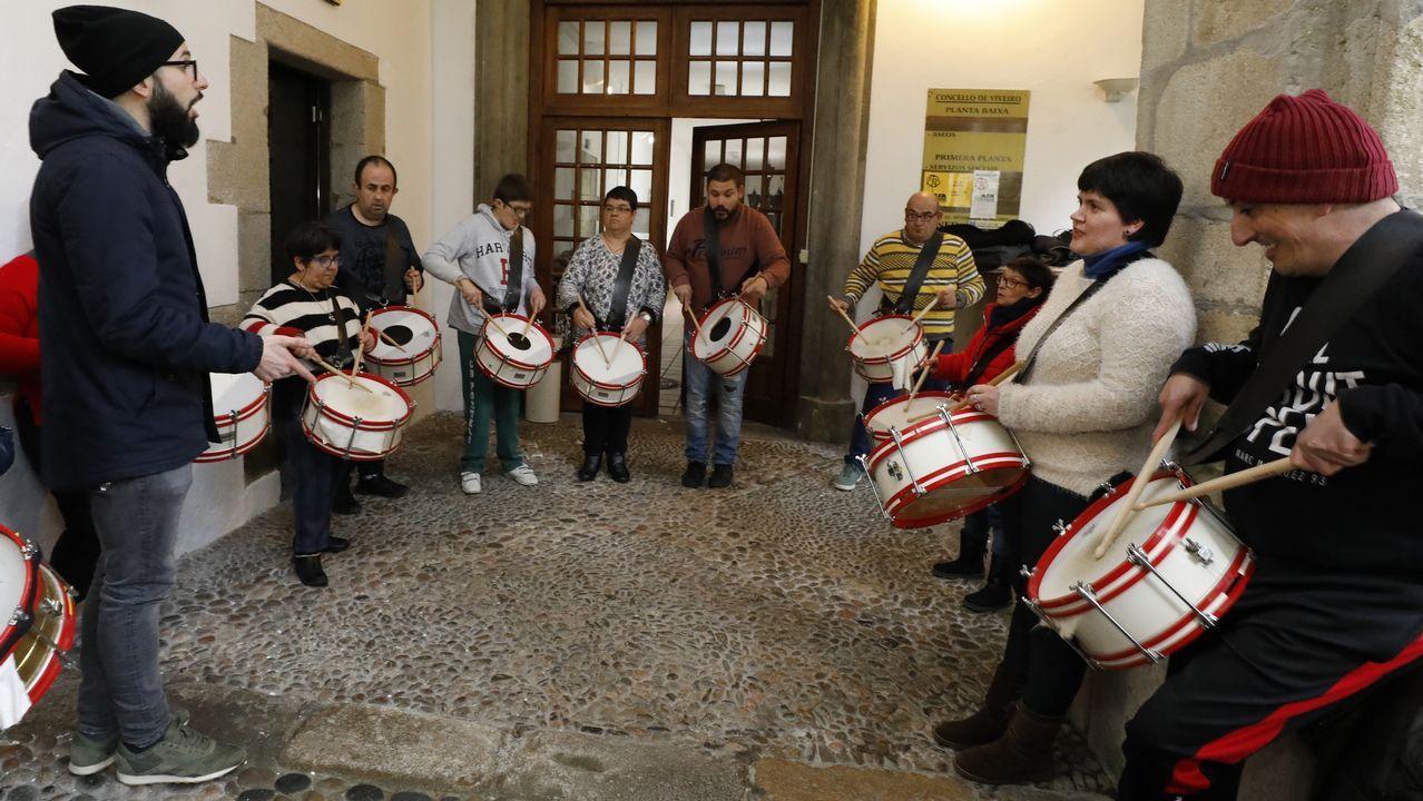 Usuarios de Aspanane participarán en la tamborrada de Semana Santa de Viveiro.Descendientes de Jesús Penabad con los iconos rusos que han encontrado