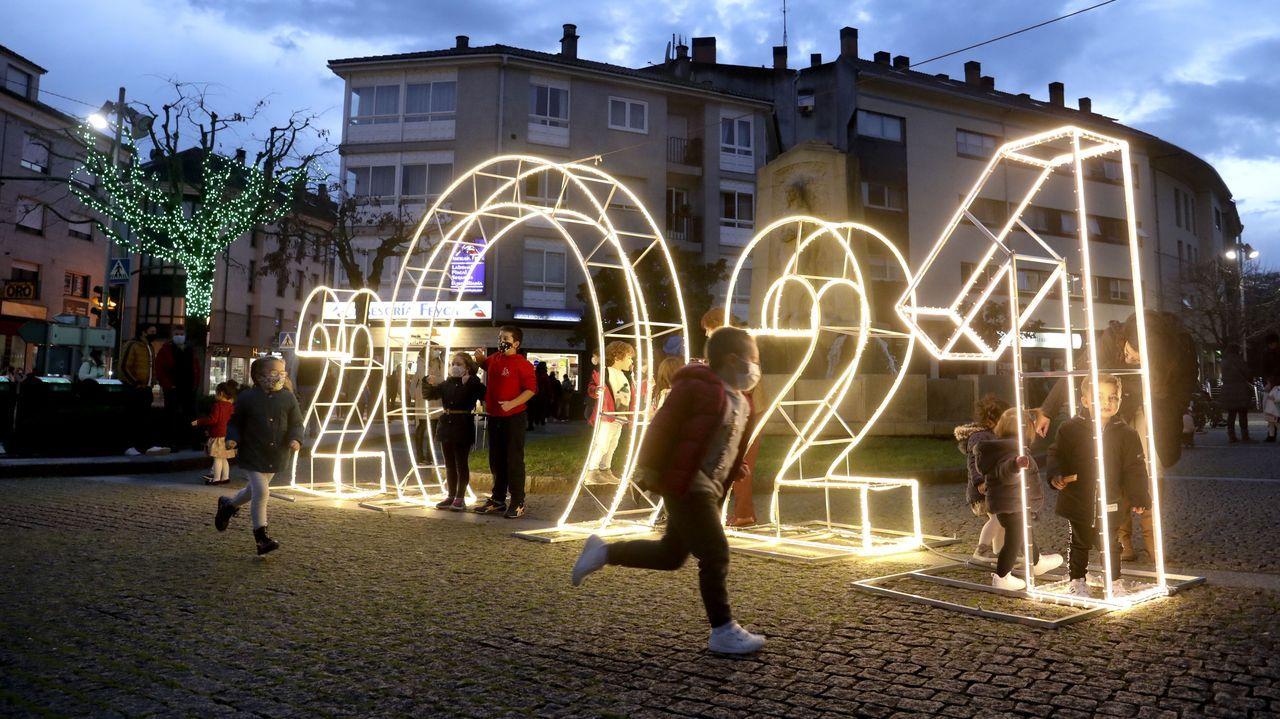 La iluminación crea ambiente navideño en Ames y Negreira.El cierre de la hostelería en Santiago y otros concellos del área por la segunda ola del coronavirus se ha dejado notar en los datos del paro