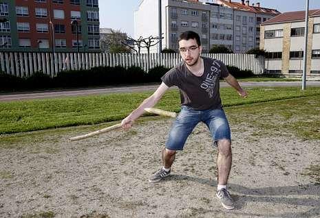 Así se hizo el polémico «selfie».Sergio Caamaño, haciendo una demostración de lanzamiento de billarda en O Chorís .