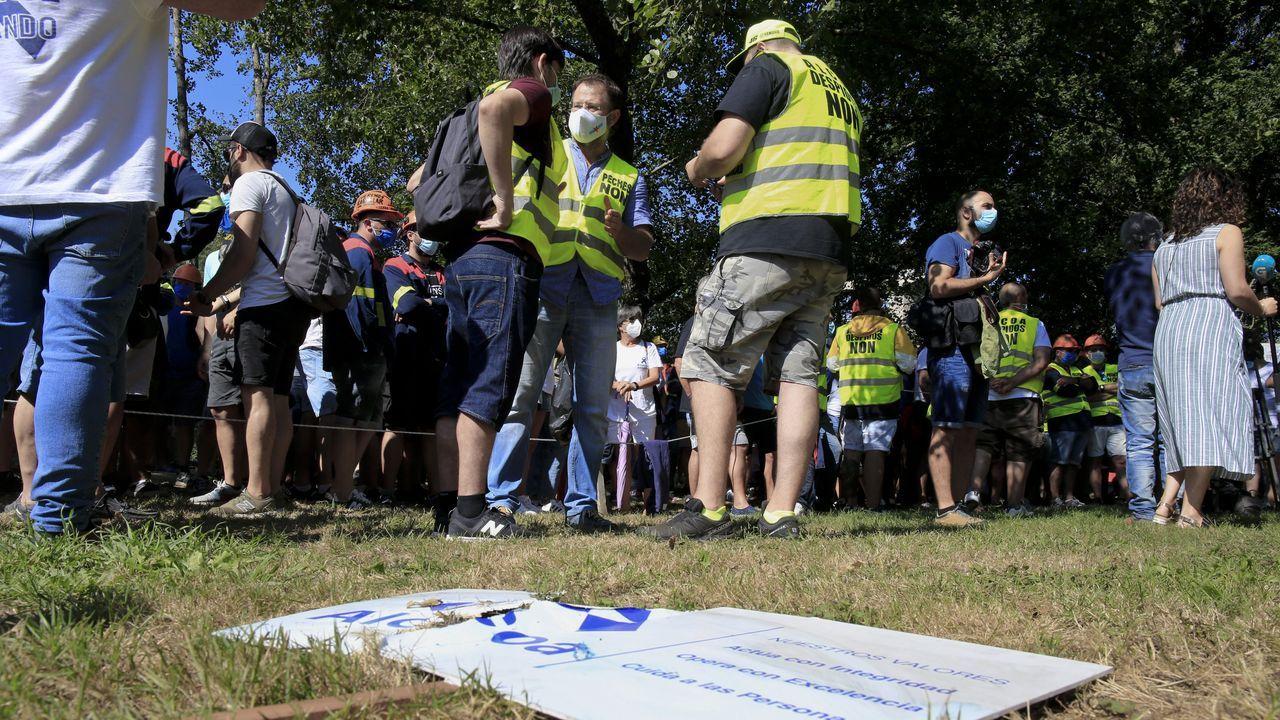 Protesta de los trabajadores de Alcoa ante el Parlamento de Galicia.El comité de empresa de Alcoa mantuvo este miércoles una reunión en sus locales de la fábrica para analizar la situación tras el acuerdo alcanzado el martes en MAdrid