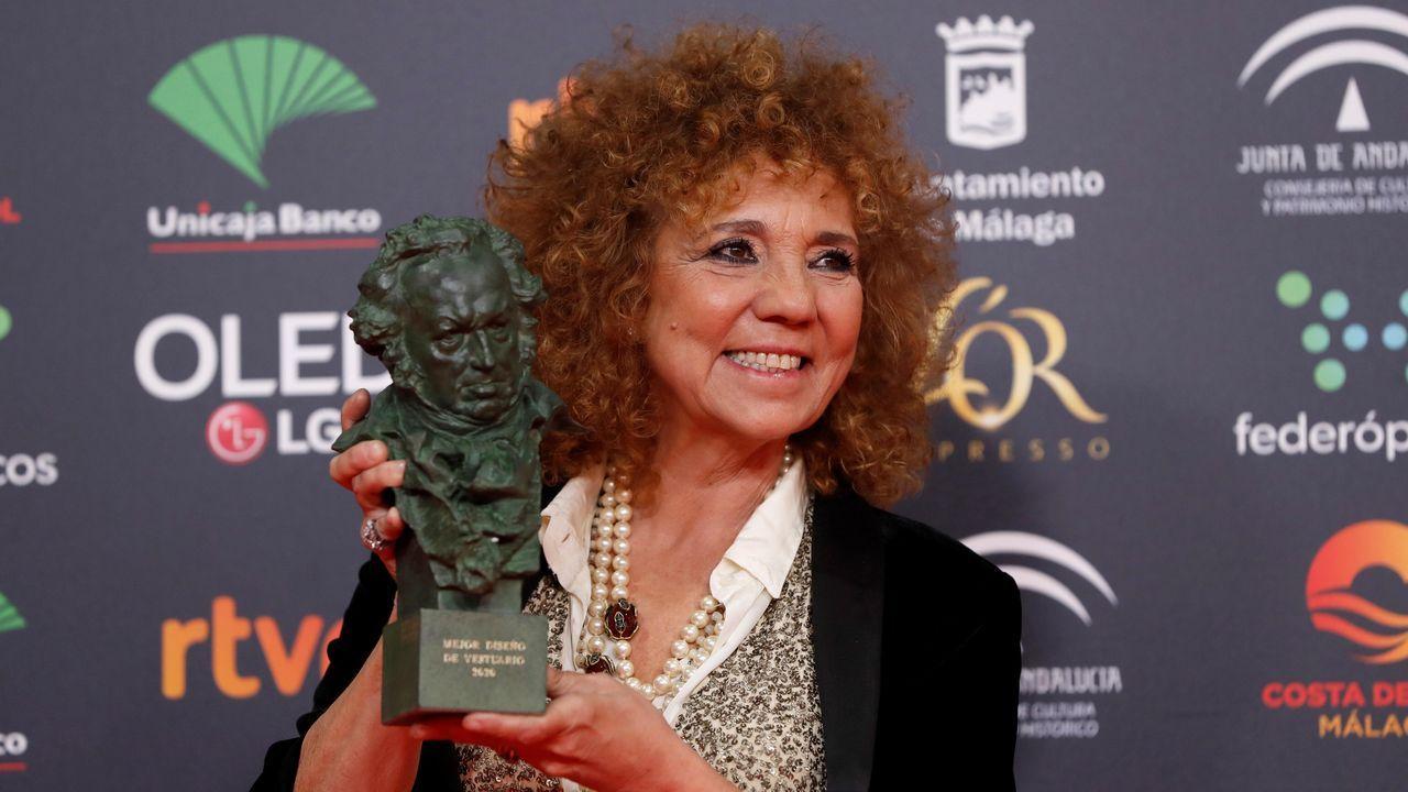 La diseñadora Sonia Grande posa con el premio a Mejor diseño de vestuario por su trabajo en «Mientras dure la guerra»