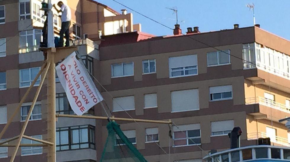 Dos activistas se encaraman en lo alto del mástil del barco «Alfageme» en Coia.Al aeropuerto, Ifevi y estación de buses por Fragoso.