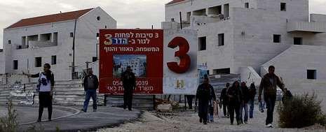 Viaje histórico de Obama a Israel.Una israelí espera a que albañiles palestinos salgan del asentamiento de Maale Adumin después de un día de trabajo.