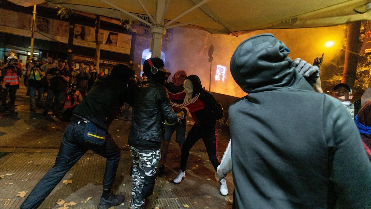 Un grupo de manifestantes arrasa una céntrica terraza en Barcelona durante los disturbios del jueves