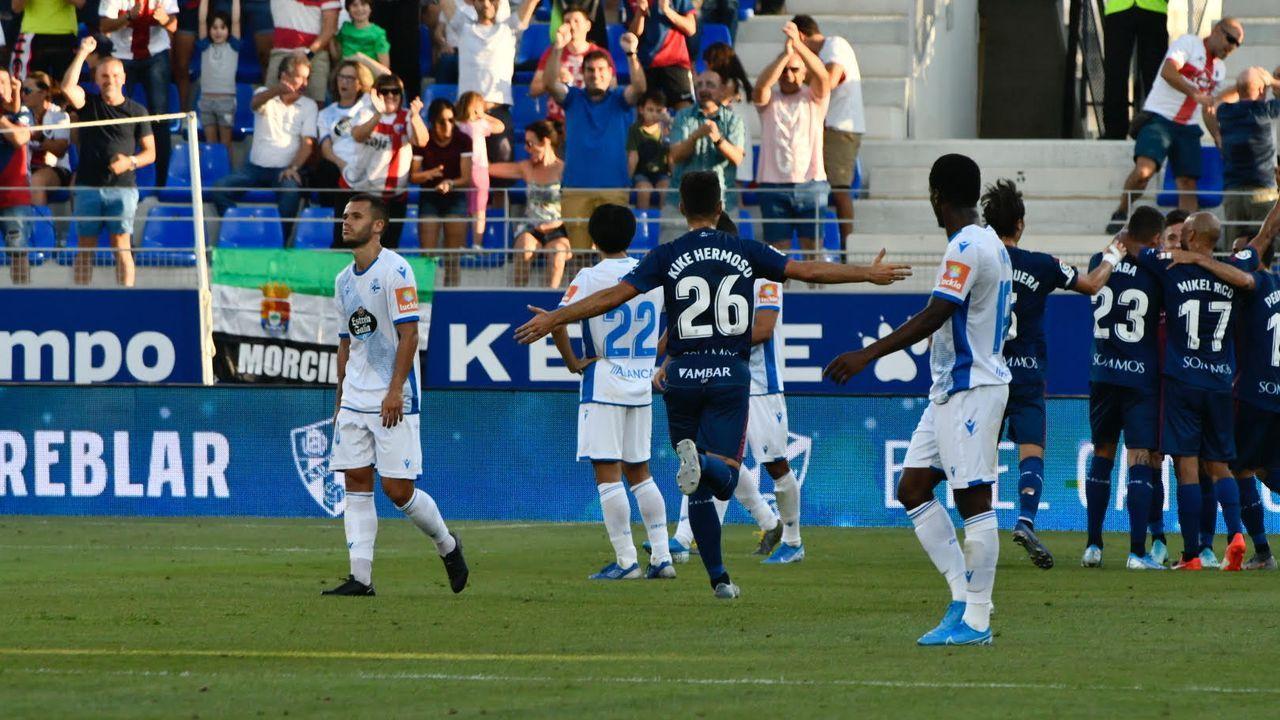 Las mejores imágenes del Huesca - Deportivo.Mujaid pugna con Aketxe en un entrenamiento del Dépor