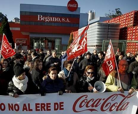 Los despedidos de la fábrica de Coca-Cola en Fuenlabrada se concentraron ante la Audiencia Nacional el día del juicio.