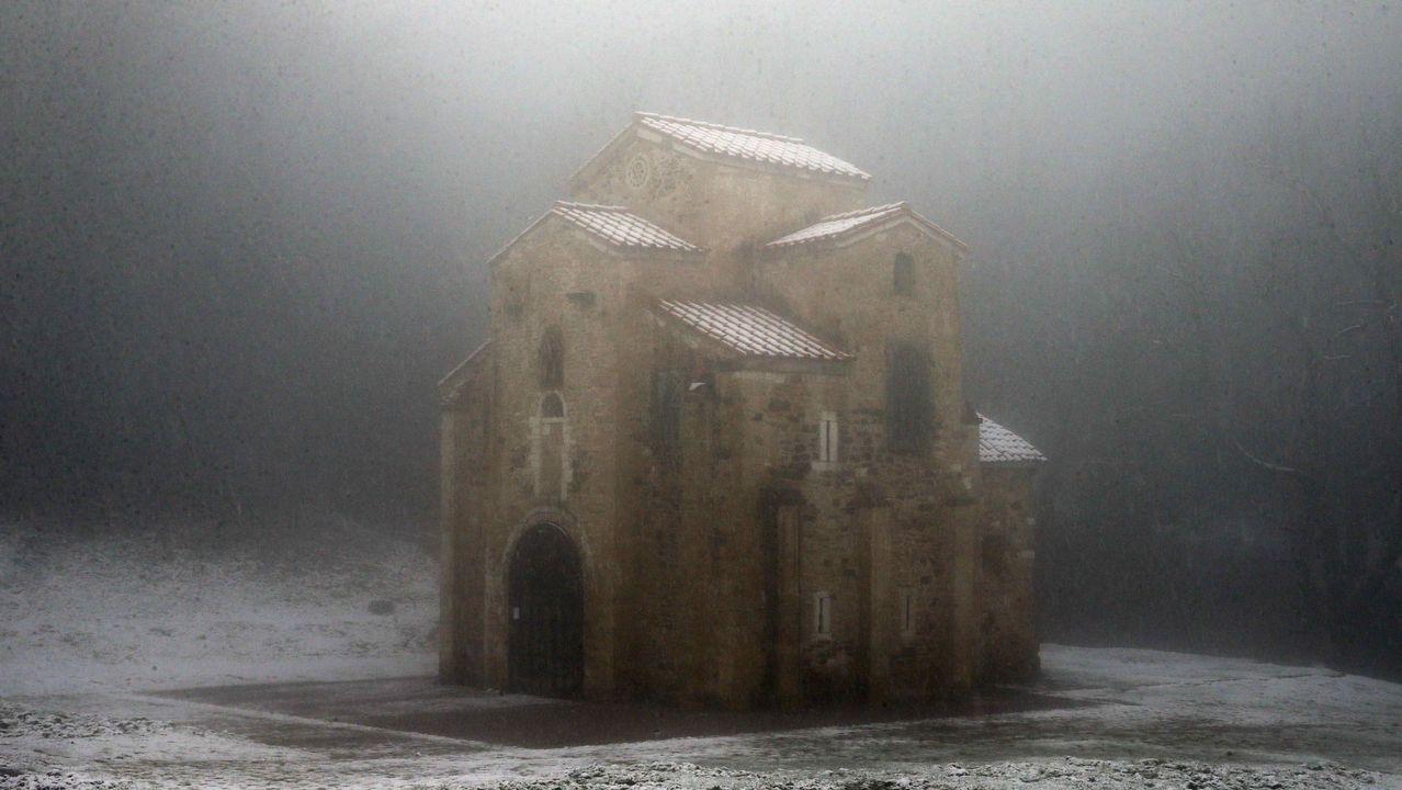 Carretera abierta alrededor de la nieve en Somiedo.Aspecto que presenta el monumento prerrománico de Santa María del Naranco durante una nevada caída Oviedo.