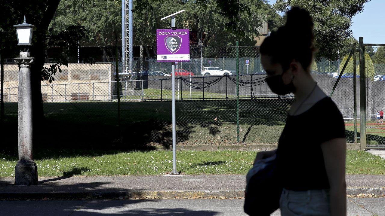 Concentración motera en Gijón.Una mujer pasa por una de las sendas vigiladas creadas por la Universidade de Santiago (USC) para evitar ataques sexuales en el campus