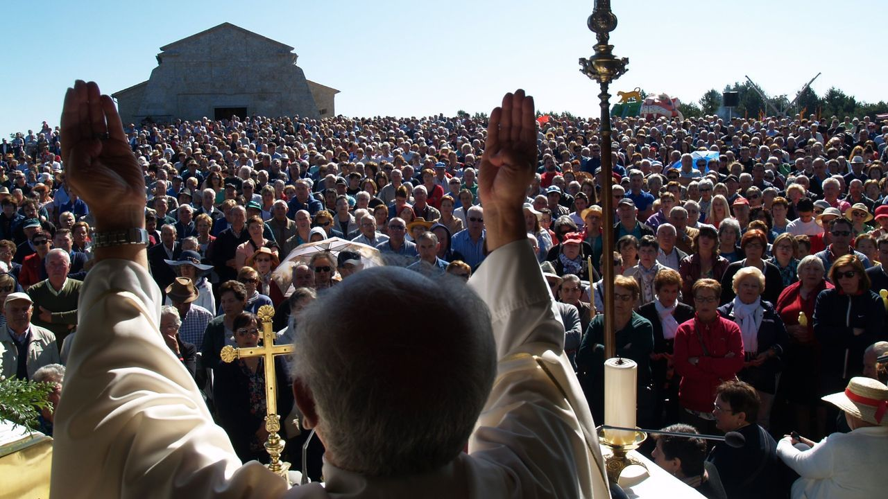 Así estaba la cumbre del monte Faro en la romería del 8 de septiembre del año pasado, con los fieles de pie y sin distancias