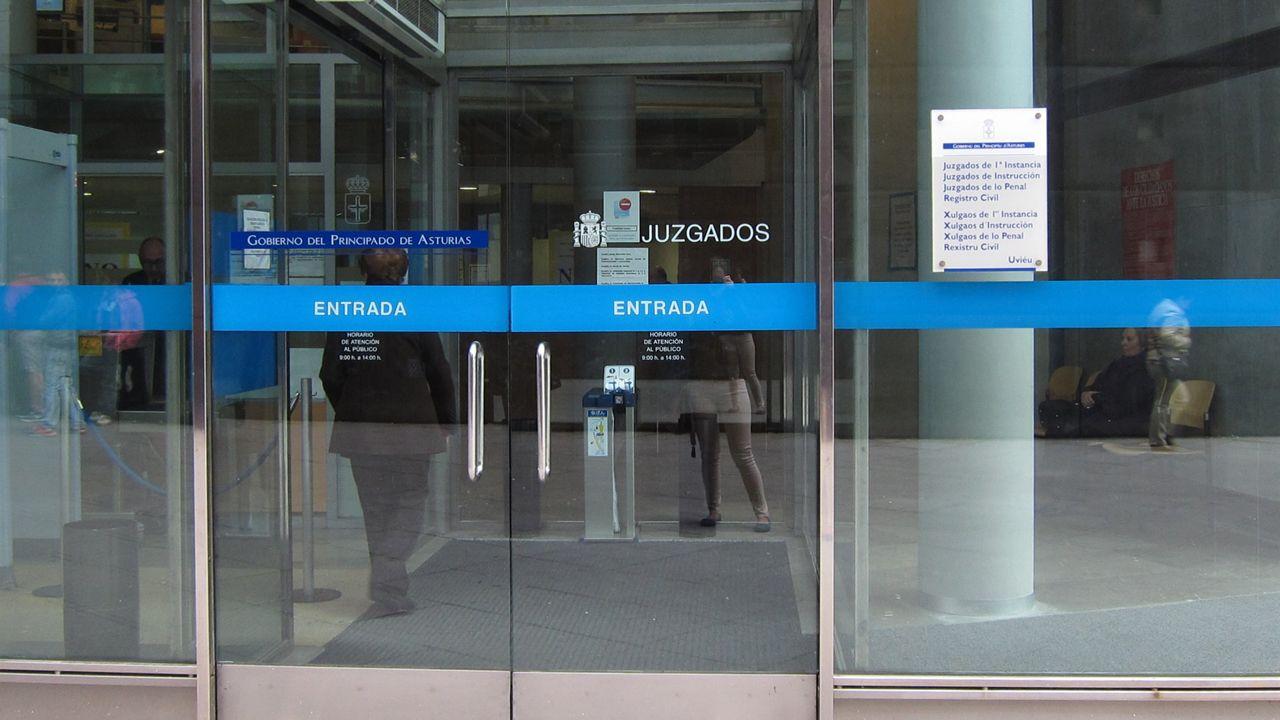 Juzgados Oviedo.Coche de la Guardia Civil de Tráfico