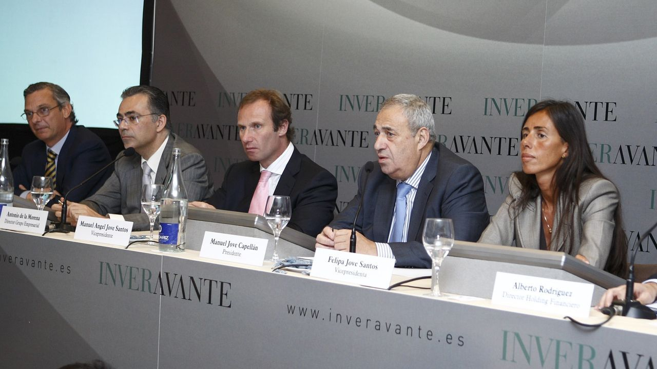 De Lacalle, a la izquierda, durante la presentación de Inveravante en el 2007, con Manuel Jove, flanqueado por sus hijos