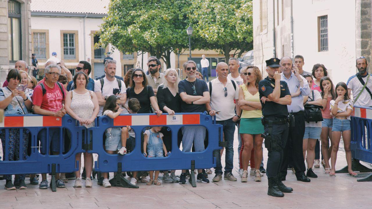 La gente espera para ver a la reina Letizia asistiendo a la lección magistral del director de orquesta Aarón Zapico en el Museo Arqueológico