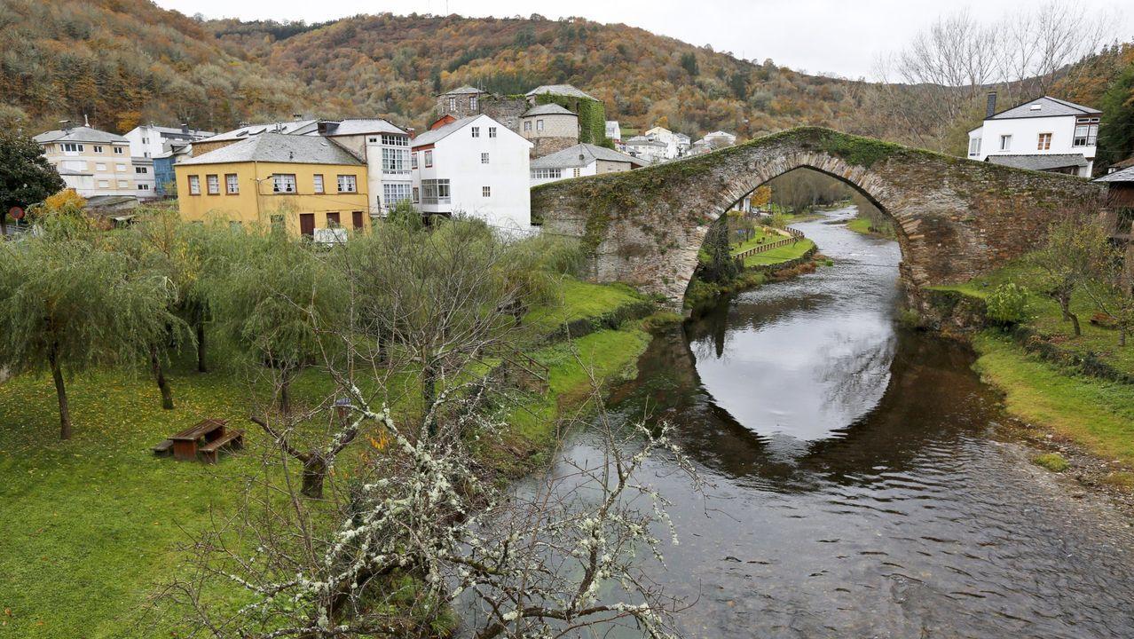 Vista del río Navia a su paso por Navia de Suarna, con el puente en primer plano