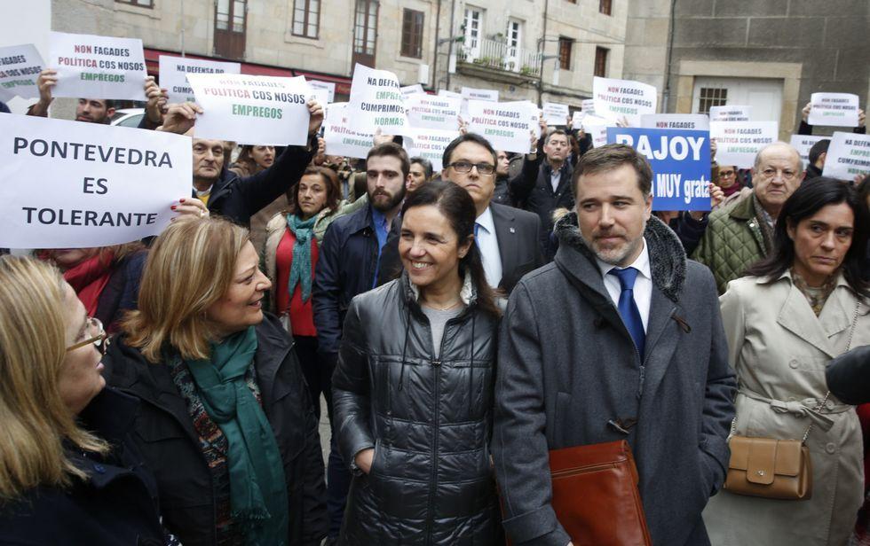 Franco, a la izquierda de Pilar Rojo y Jacobo Moreira, en la concentración en apoyo a Rajoy.