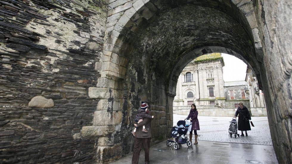 las puertAs Testigo de la vida local. Las puertas de la Muralla (en la imagen, la de Santiago) causan algo de asombro además de ser zonas de tránsito cotidiano para vecinos de la ciudad.