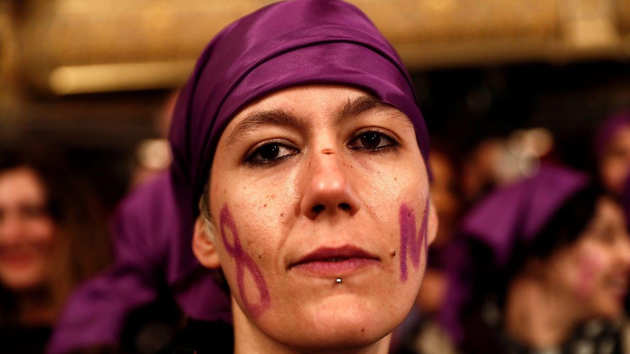Un grupo de trece mujeres, pertenecientes a la Comisión 8 de marzo, han acudido al Teatro Real para dar visibilidad a sus reivindicaciones.