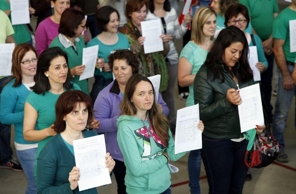 Ochenta padres y madres de los alumnos mostraron las firmas en las puertas del centro.