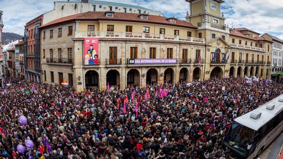 La plaza del Ayuntamiento de Oviedo se ha quedado pequeña en la concentración del 8M