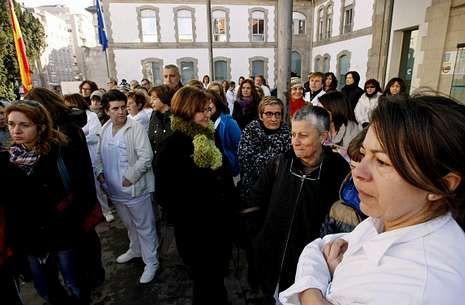 Movilizaciones en Galicia en defensa de la sanidad.Los trabajadores se concentraron ayer en la entrada del Hospital Provincial de Pontevedra.