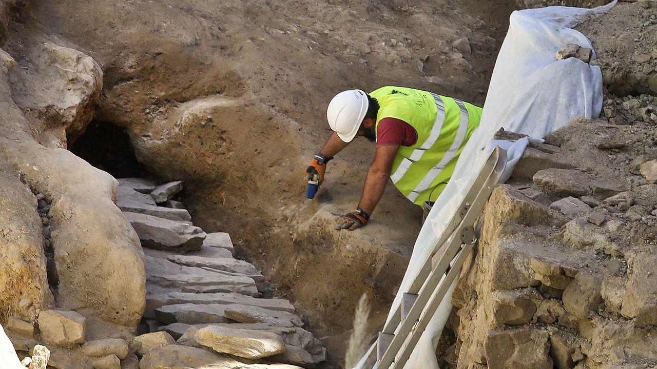 Roban piedras talladas en la zona del Sarela.La operación de restauración comprenderá las pinturas decorativas del arco triunfal de la iglesia