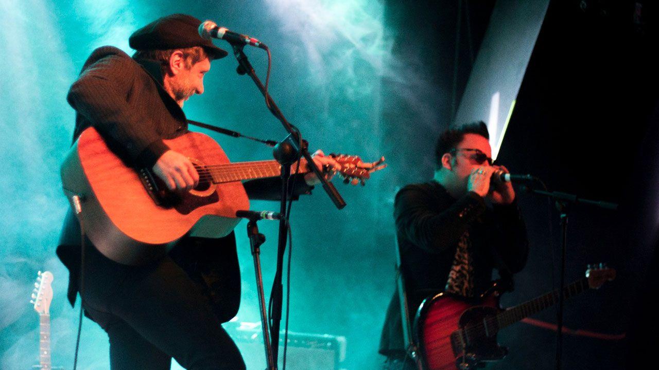 Jonathan Donahue y Grasshopper, de Mercury Rev, durante su actuación en el Gijón Sound Festival