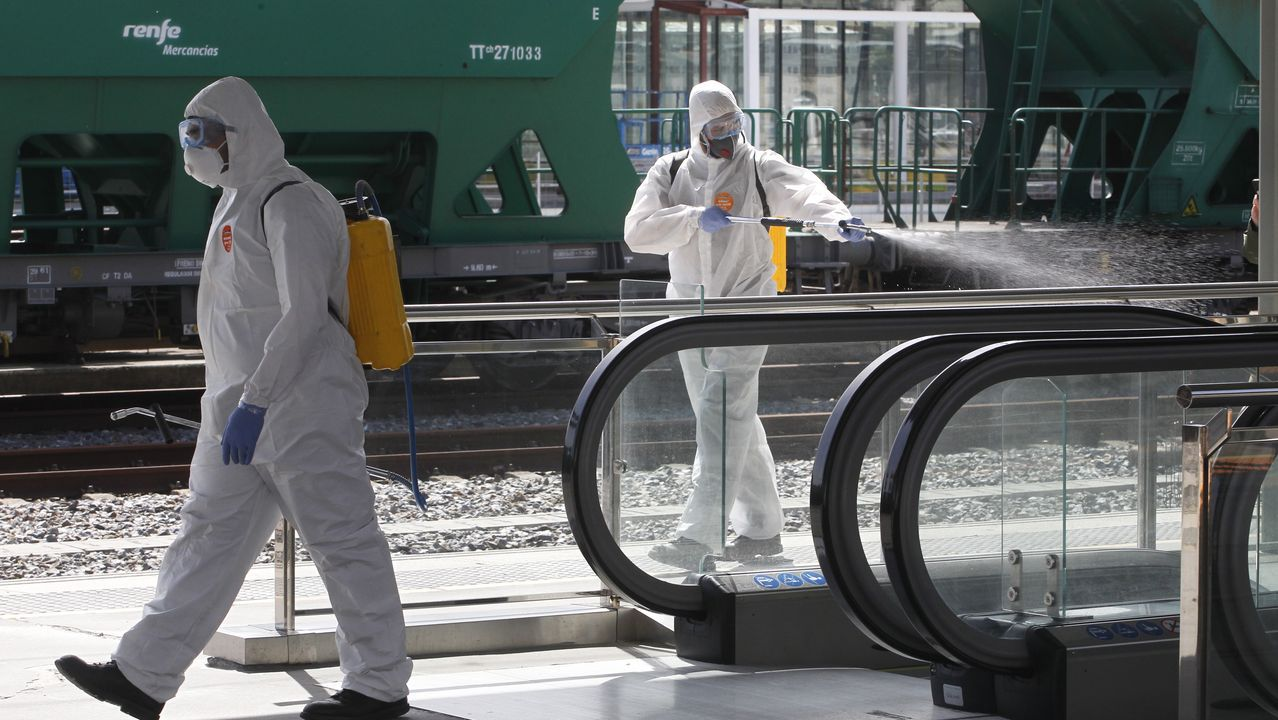 Efectivos de la UME desinfectando la estación de tren Pandemia coronavirus -COVID 19