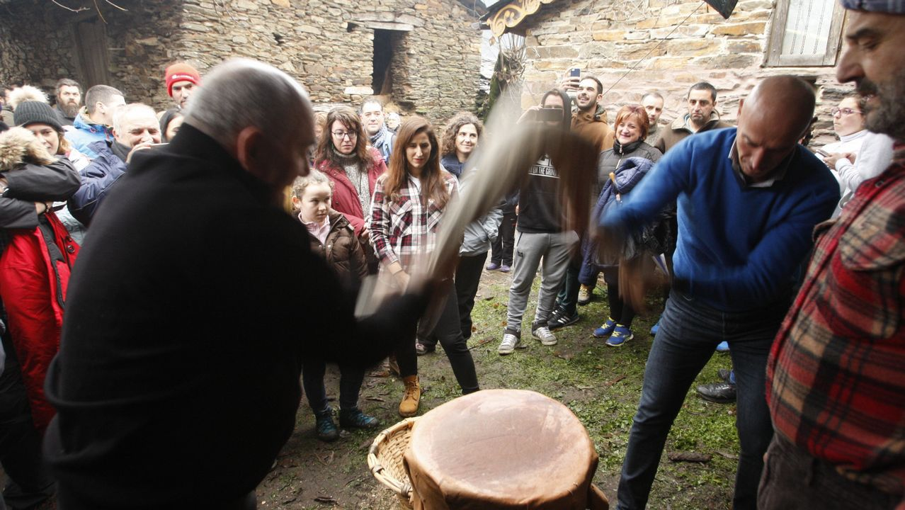 Un día entre castañas y cantos de taberna.Esqueleto achado nunha das tumbas escavadas no castro de San Lourenzo (Cereixa, Lugo)