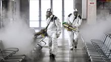 Voluntarios desinfectan la estación de ferrocarril de Changsha, China