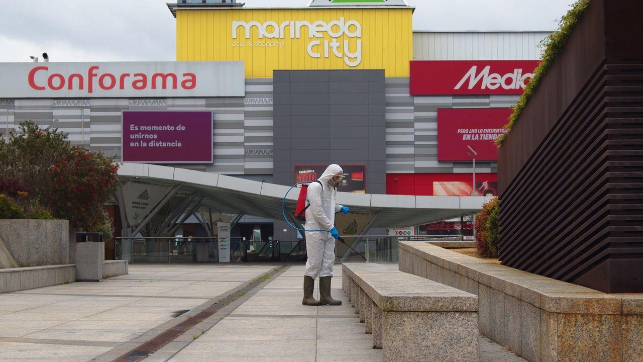 Imagen de archivo de la realización de trabajos de desinfección en el entorno del centro comercial antes de su reapertura