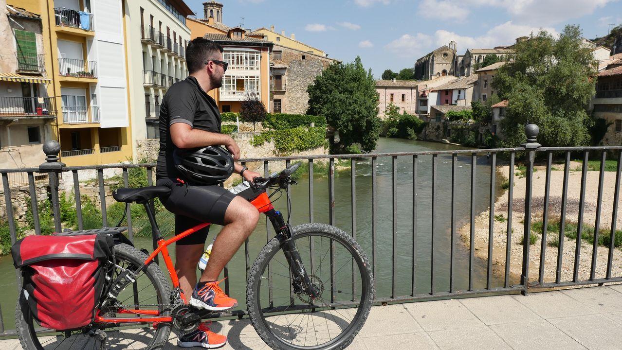 Haciendo una pequeña parada en el puente sobre el río Ega, en Estella (Lizarra en euskera)