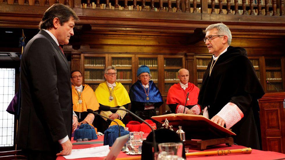 Santiago García Granda jura el cargo de rector de la Universidad de Oviedo ante la mirada de tres de sus predecesores.Santiago García Granda jura el cargo de rector de la Universidad de Oviedo ante la mirada de tres de sus predecesores