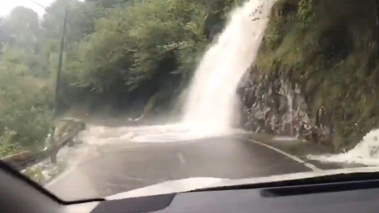 El torrente por la lluvia en El Pontón.Brañagallones en otoño