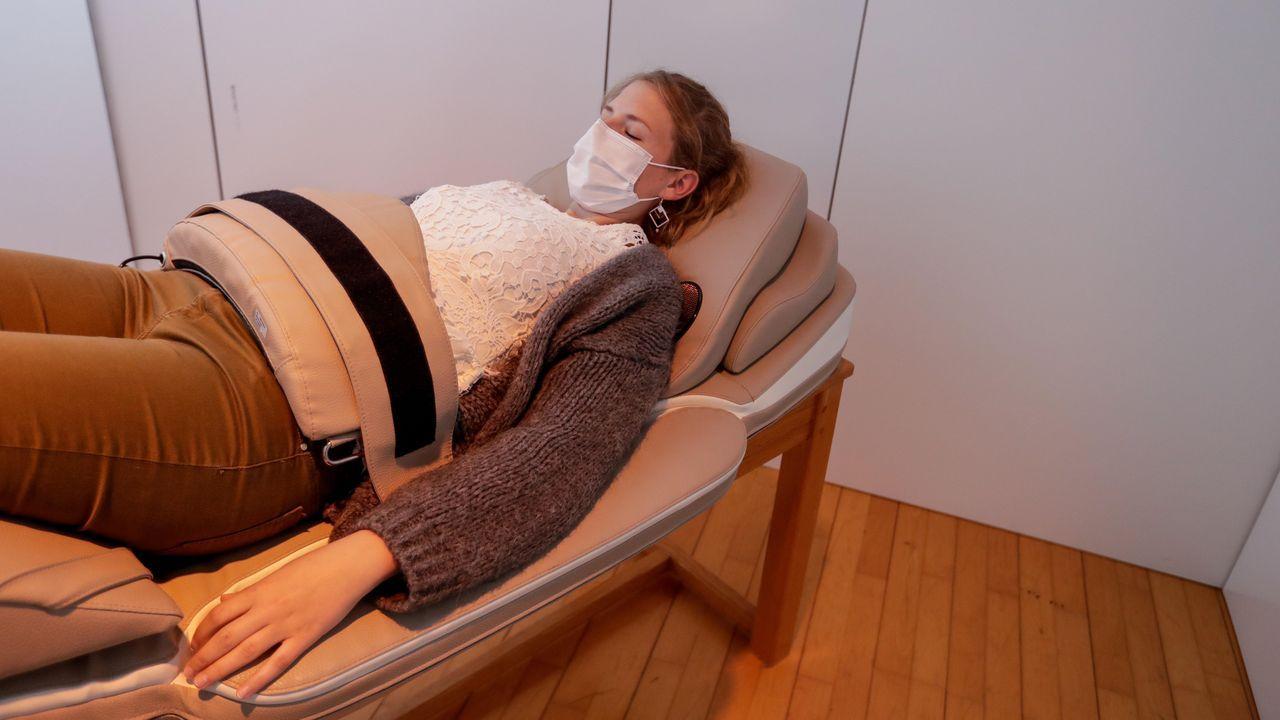 El hospital belga de Verviers también ha habilitado sofás vibratorios para que los sanitarios, como la enfermera de la imagen, se relajen