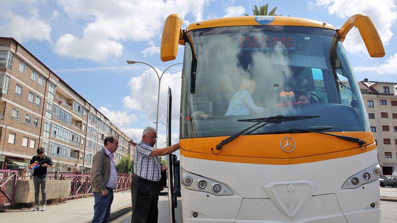 VIII Desfile de Gando de San Froilan.La parada del bus en Trives esta delante del consistorio