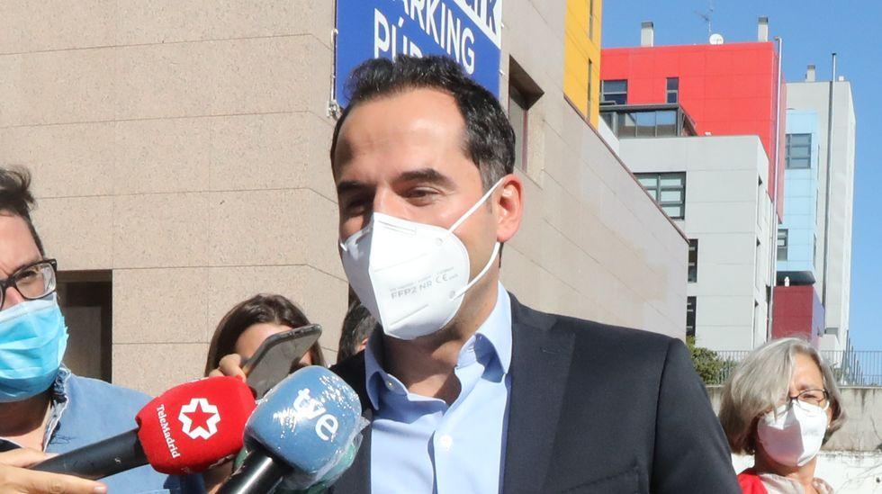 24 de los 27 concejales de Ourense piden la dimisión del alcalde.Feijoo, en la inauguracion del enlace de la A-52 con el polígono de San Cibrao das Viñas