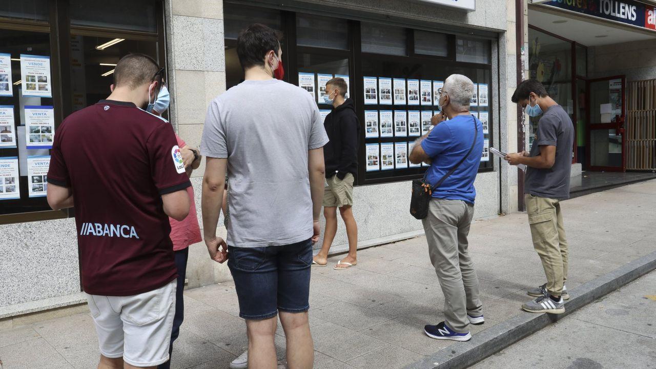 Distintos clientes hacen cola en una inmobiliaria en una imagen de julio