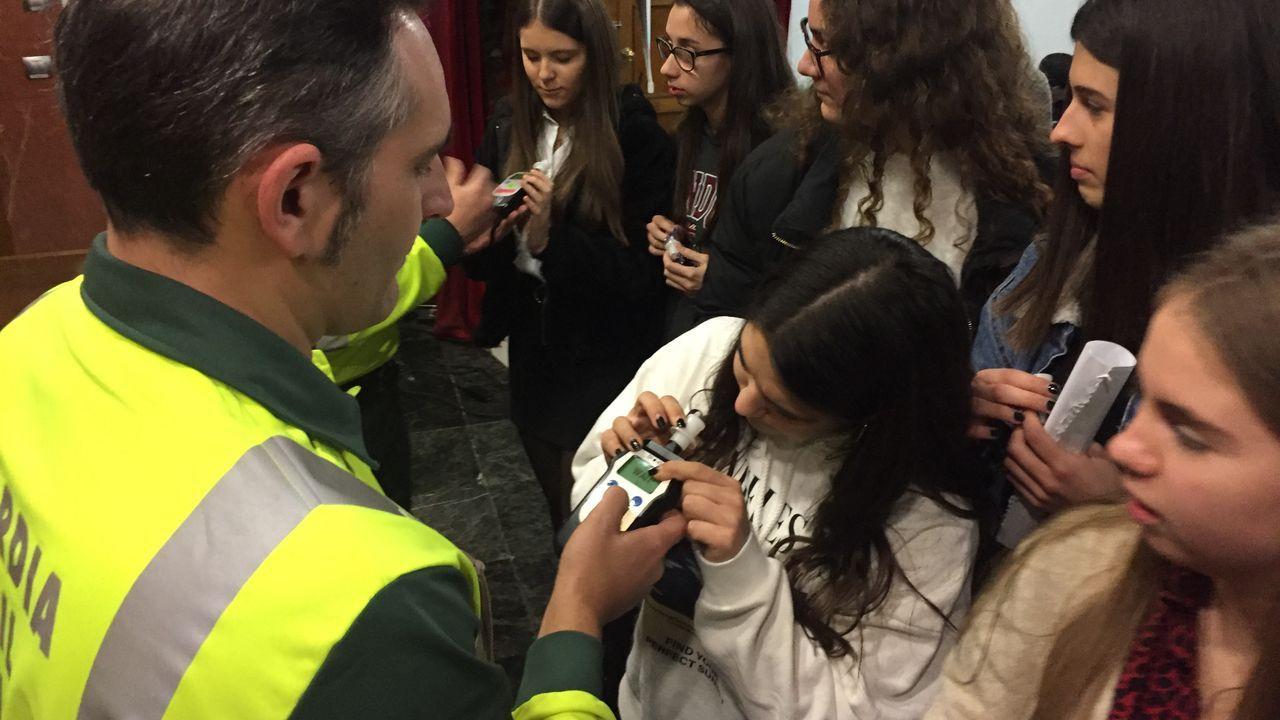 Charla sobre alcohol y droga de la DGT en Ourense.Control a un autobús
