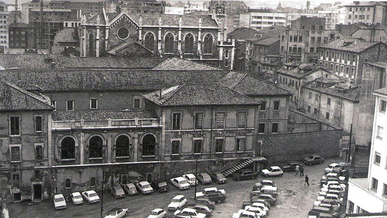 Monasterio de Salesas de Oviedo, donde hoy se levanta un centro comercial. Al fondo se puede ver la iglesia, que es lo único que queda del complejo