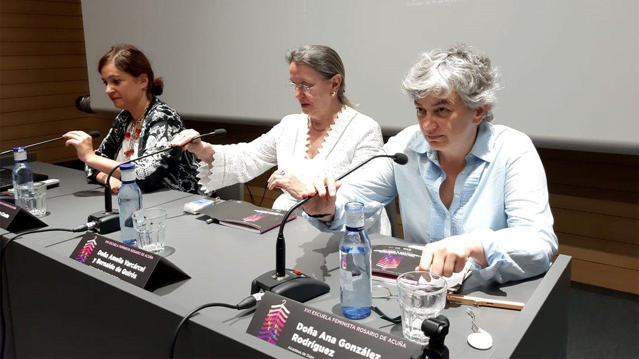 Por la izquierda, Almudena Cueto, Amelia Valcárcel y Ana González, en la apertura de la XVI Escuela de Feminismo Rosario de Acuña