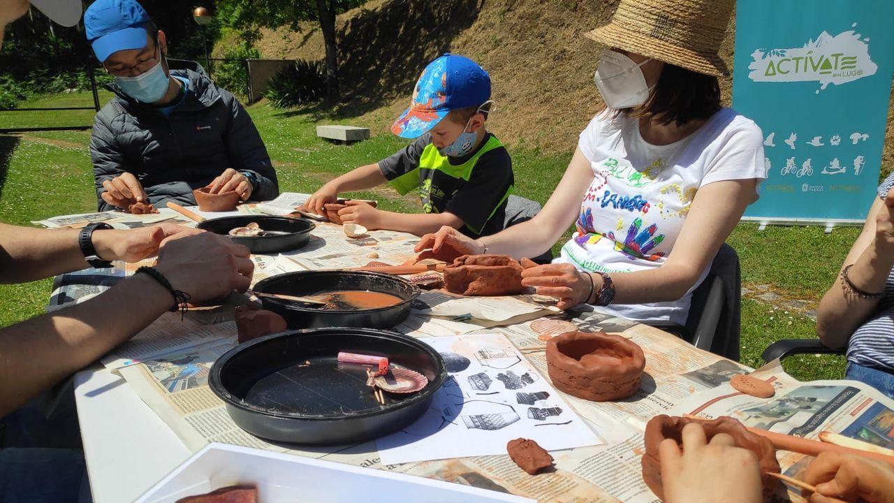 Un grupo de niños en el castro de Viladonga, durante una actividad