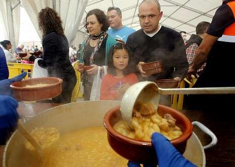 La Feira das Fabas llena Ponteceso de sabor.Los asistentes a la fiesta aguardaron en la cola pacientemente para degustar la fabada.