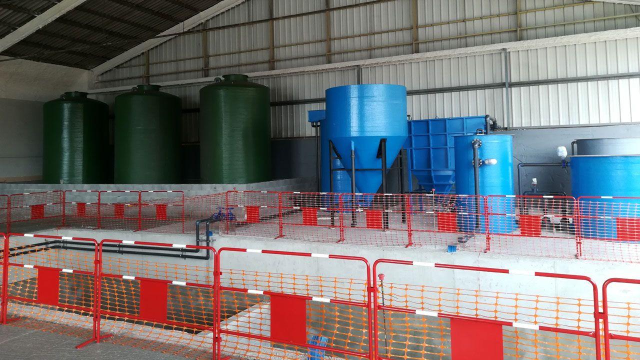 Depósitos para el almacenaje de aceites y gasóleo (a la izquierda) y para el tratamiento de aguas