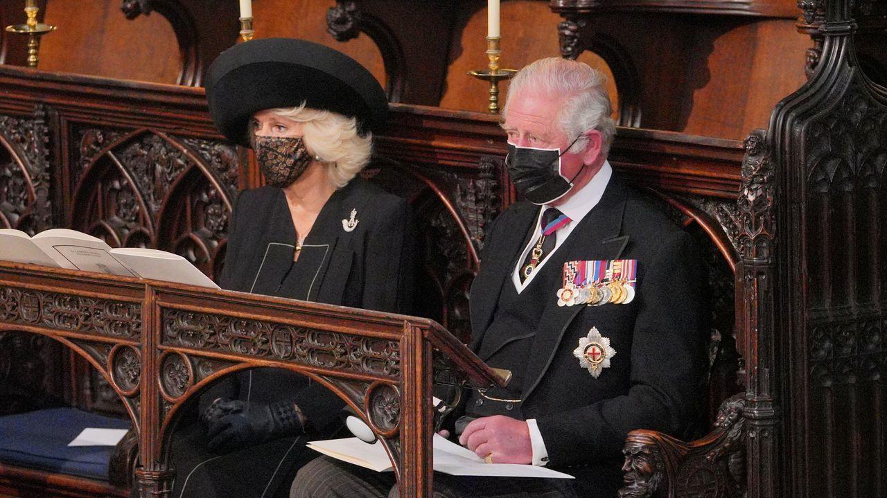 La reina Isabel observa el féretro de su marido